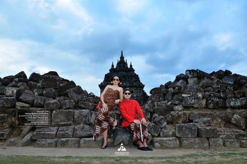 Konsep Foto Prewedding Adat Jawa Elegan Lucu di Candi Plaosan Temple Prambanan Jawa Tengah. Konsep Foto Prewedding Adat Jawa Hashya+Reza by Poetrafoto, Fotografer Prewedding Jawa Yogyakarta