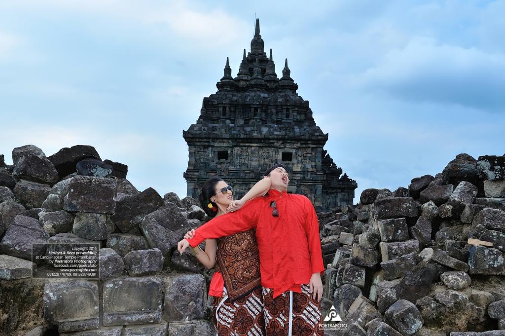 Foto Prewedding Lucu Elegan Jawa Kuno Klasik di Candi Plaosan | Foto Prewed Hashya+Reza by Poetrafoto, Fotografer Prewedding Jogja, Yogyakarta Prewedding Photographer Indonesia