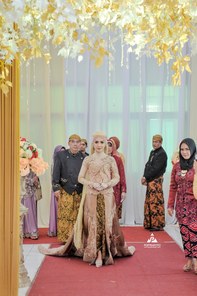 Foto Pengantin Wanita berjalan menuju lokasi Upacara Panggih Jawa Wedding Elisa+Iqbal