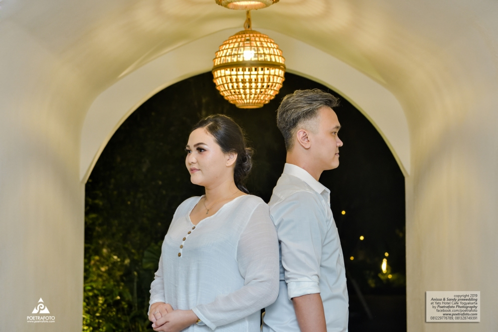 Foto Prewedding Indoor Lokasi Spot Prewedding di Yats Colony Hotel Jogja Anissa+Sandy by Poetrafoto Fotografer Prewedding Jogja