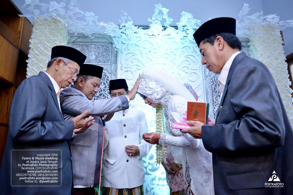 Foto Pengantin Putra Suami Berdoa dg Memegang Ubun-Ubun Istri Usai Akad Pernikah Wedding Jepara Tiyara+Muzid