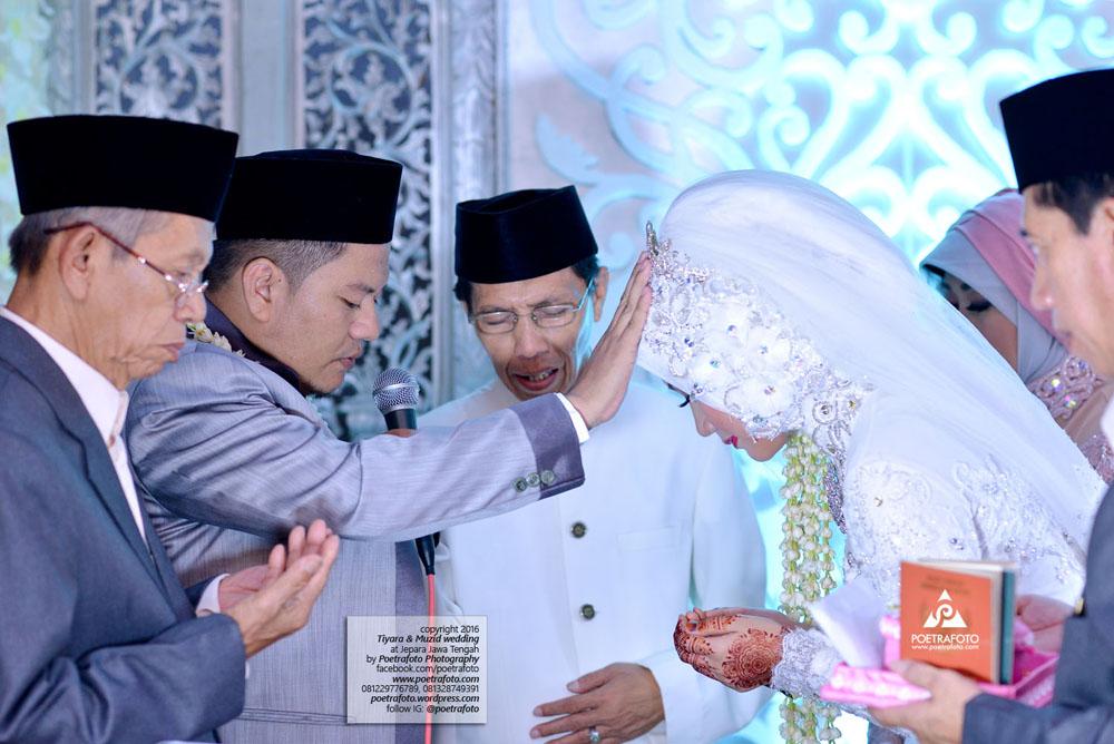 Pengantin Putra Suami Memegang Ubun-Ubun Istri Membaca Doa Setelah Akad Pernikah Wedding Jepara Tiyara+Muzid