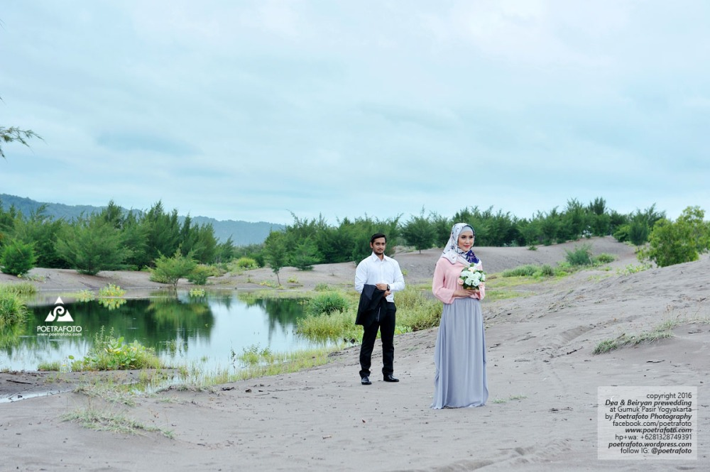 Tempat Foto Prewedding di Jogja Outdoor Hijab Casual Romantis Islami di Gumuk Pasir Yogyakarta Dea+Beiryan