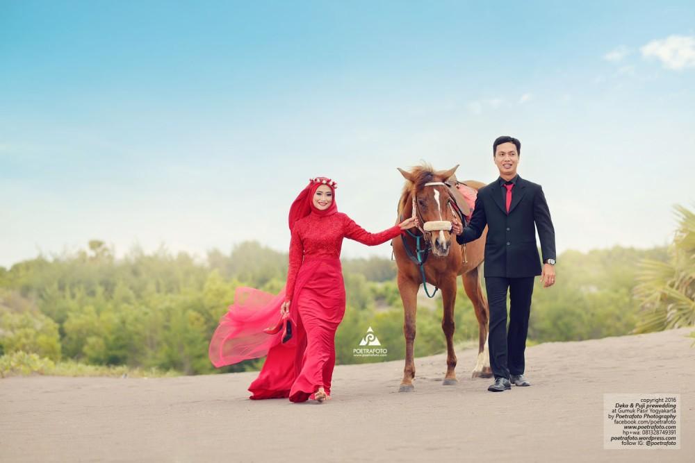 Foto Prewedding Jogja Hijab Outdoor Muslimah Romantis dengan Kuda di Gumuk Pasir Prewed Deka+Puji by Fotografer Prewedding Jogja Pre Wedding Photographer Yogyakarta: Poetrafoto Photography Indonesia